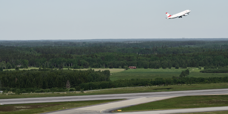An airplane has just lifted and one taxi out on the Arlanda launcher