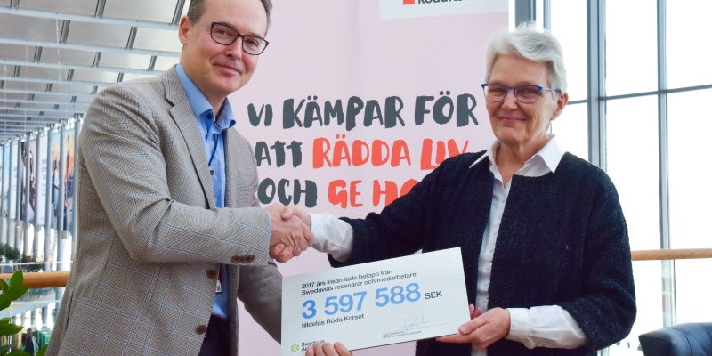 Swedavia's CEO Jonas Abrahamsson handed over the check of SEK 3.6 million to the Swedish Red Cross's chairman Margareta Wahlström.